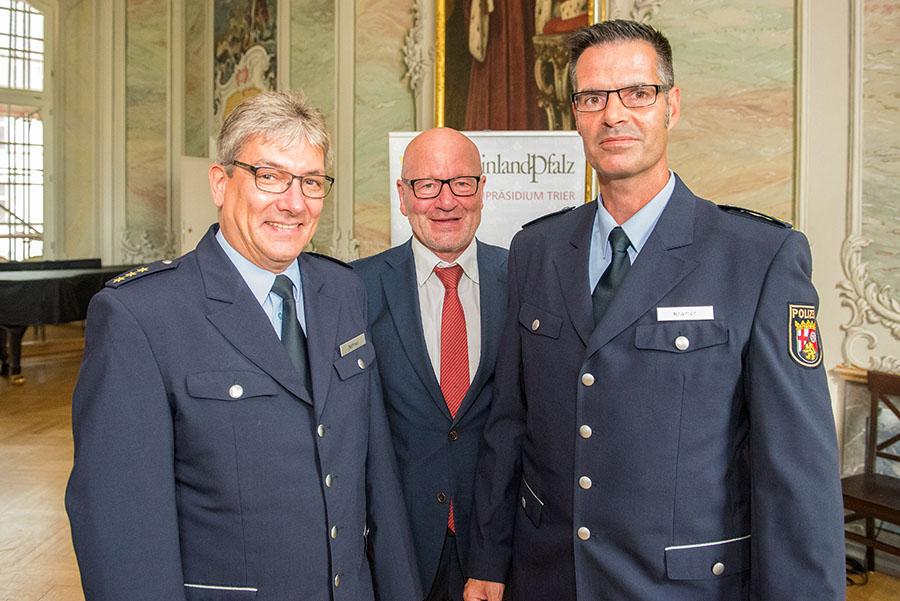 Nachfolger von Rainer Nehren (links) wird Ralf Krämer. In der Mitte Polizeipräsident Lothar Schömann. Foto: Rolf Lorig
