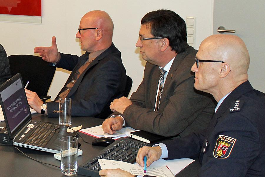 """""""Alle Opfer von Straftaten werden von der Polizei ernst genommen und achtsam behandelt"""", sagt Polizeipräsident Lothar Schömann (links)."""