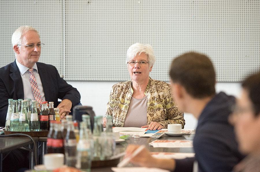 Oberbürgermeister Wolfram Leibe und Uta Hemmerich-Bukowski bei der Vorstellung des Aktionsplans Inklusion. Foto: Rolf Lorig