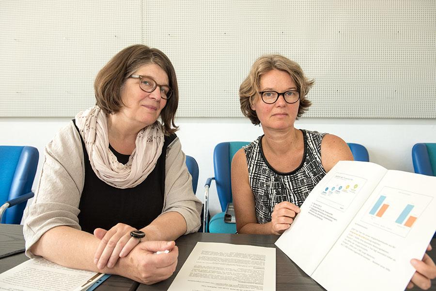 Bettina Mann (rechts) vom Jugendamt Trier hat an der Untersuchung mitgewirkt. Zusammen mit Bürgermeisterin Angelika Birk präsentiert sie das Ergebnis.