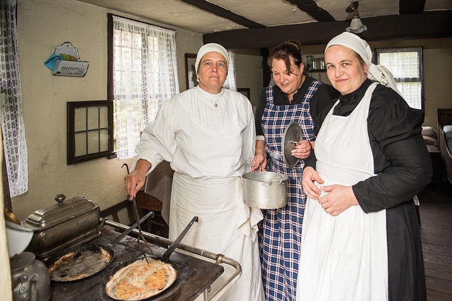 Kochen wie zu Omas Zeiten: Für Claudia Bräuer, Angela Schwender und Martha Berndt (v. links) kein Problem. Fotos: Rolf Lorig