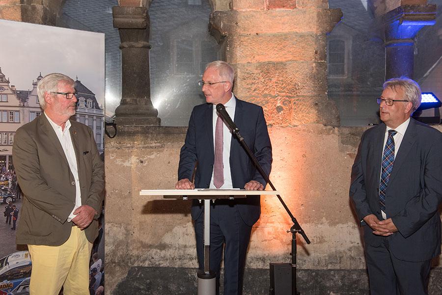 OB Wolfram Leibe und Sportdezernent Andreas Ludwig danken Manfred Kronenburg für sein langjähriges Engagement im Motorsport.