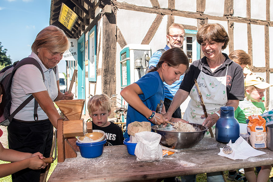 Bei Birgit Möller-Scherf dürfen die Kinder ihr eigenes Getreide mahlen und aus dem Mehl Stangenbrot backen. Fotos: Rolf Lorig