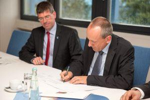 Minister Konrad Wolf unterzeichnet die Vereinbarung über das Berufungsrecht.