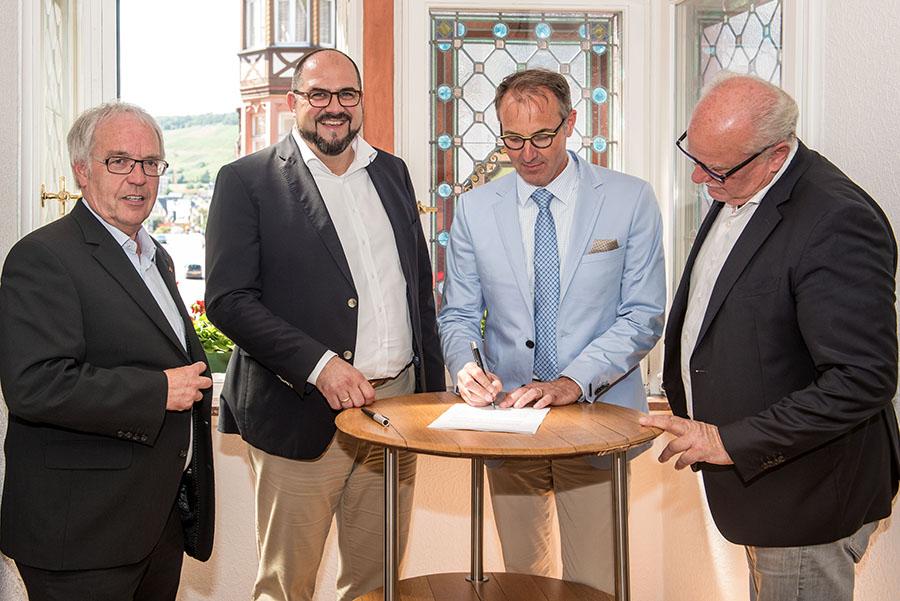 Im Beisein von Hermann Lewen (links), Thomas Egger und Wolfgang Port unterschreibt Tobias Scharfenberger (2. von rechts) seinen Vertrag. Fotos: Rolf Lorig