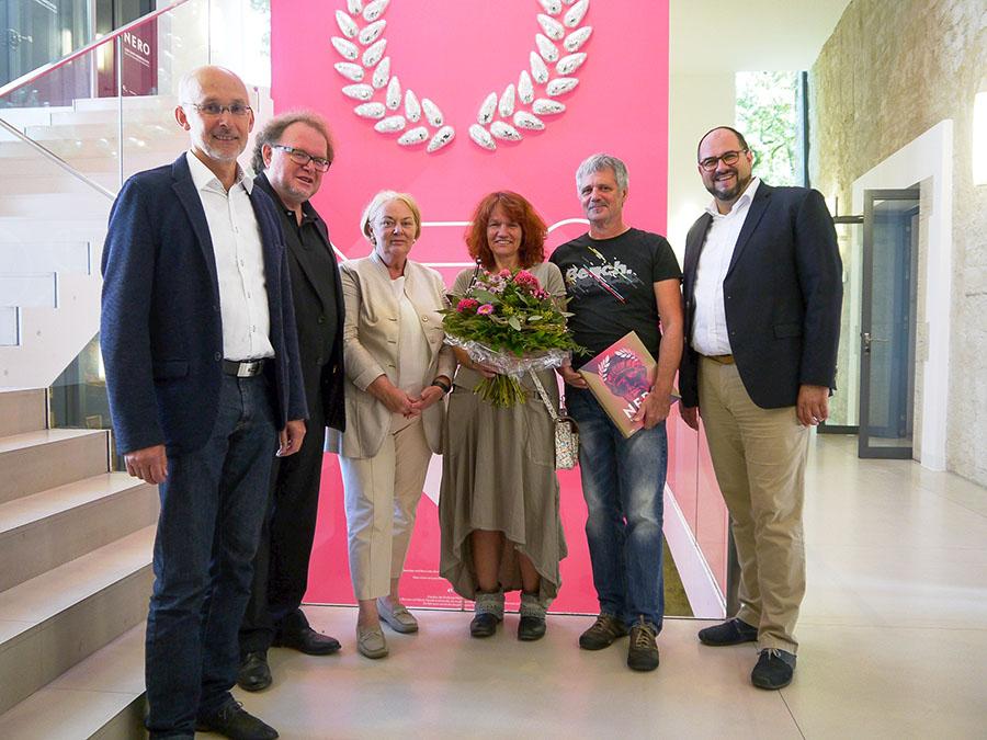 Cornelia Degen (3. von rechts) und ihr Ehemann (2. von rechts) mit den Aisstellungsmachern. Foto: Stadtmuseum Simeonstift