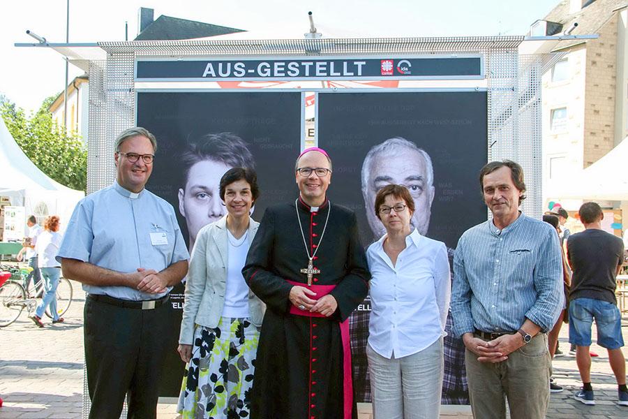 Bischof Ackermann mit den Verantwortlichen der Aktion bei der Eröffnung. (Foto: Bischöflische Pressestelle)