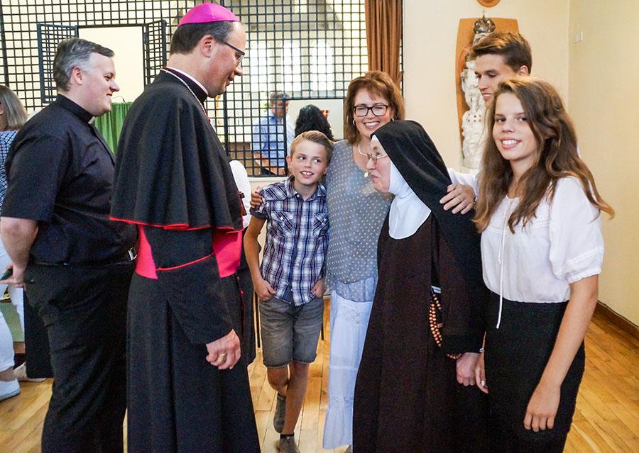 Bischof Stephan Ackermann im Gespräch mit Schwester Benedikta, die Äbtissin des Klosters St. Clara. Foto: Bischöfliche Pressestelle