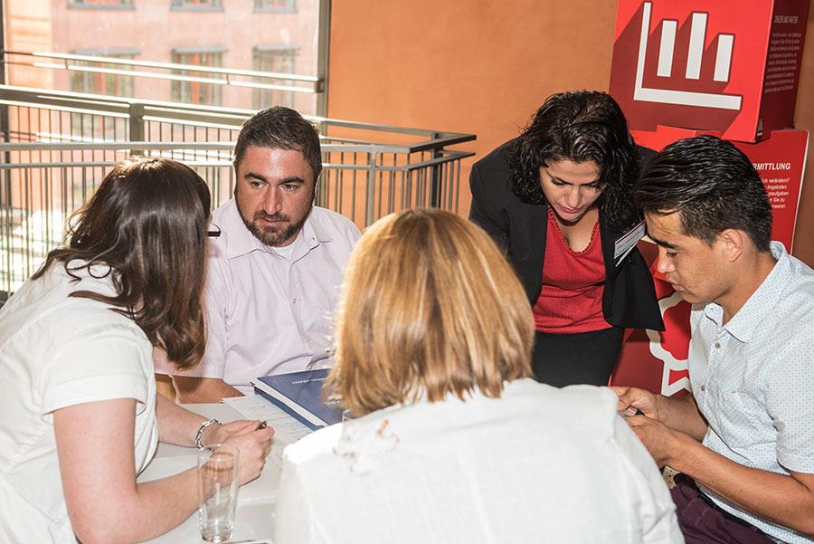 Eine Übersetzerin, ein Arbeitsvermittler und zwei Fachkräfte von den Kammern kümmern sich um den jungen Bewerber (rechts). Fotos: Rolf Lorig