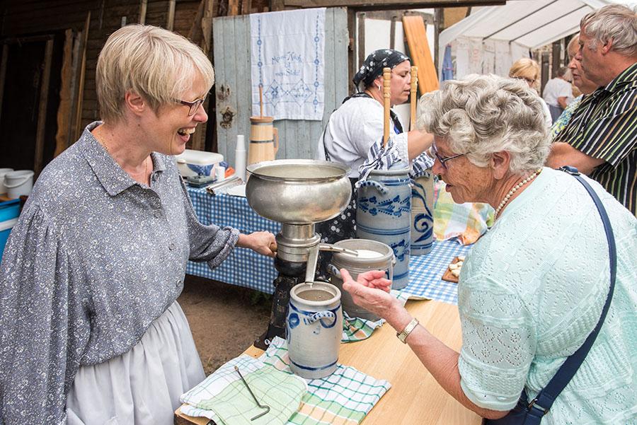 Begegnung beim Buttern: Ulrike Schaaf (Irreler Bauerntradition) im Gespräch mit einer Besucherin. Fotos: Rolf Lorig