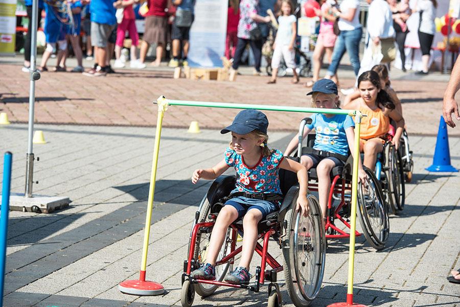 Mit dem Rollstuhl über den Hindernis-Parcour. Foto: Rolf Lorig