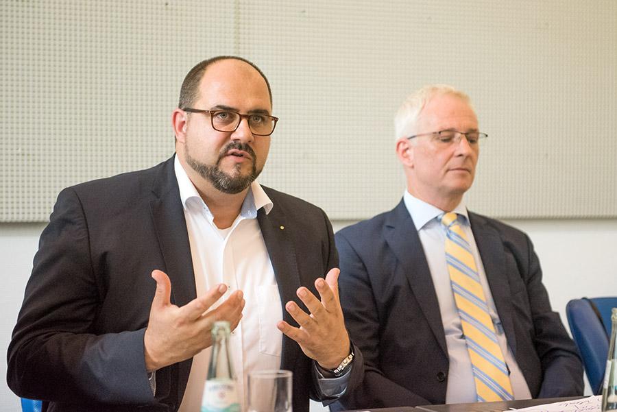 Oberbürgermeister Wolfram Leibe greift auch bei der ttm durch. Noch-Geschäftsführer Thomas Egger erläutert die Gründe für die Schieflage. Foto: Rolf Lorig