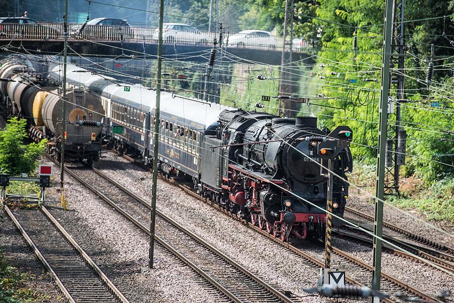 Oberleitungen können bei der Sicht auf Dampfloks so störend sein... Fotos: Rolf Lorig