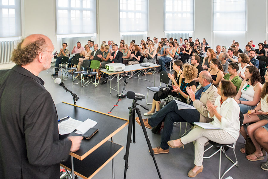 Professor Matthias Sievert begrüßt die Teilnehmer des Projektes. Foto: Rolf Lorig