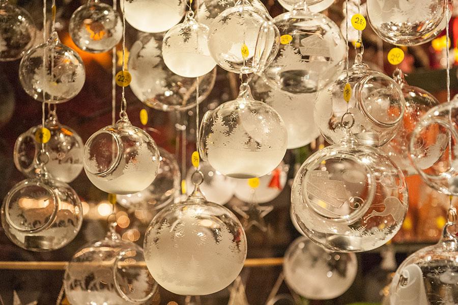 Glaskugeln für den Weihnachtsbaum sind gesucht auf den Weihnachtsmärkten. Foto: Rolf Lorig