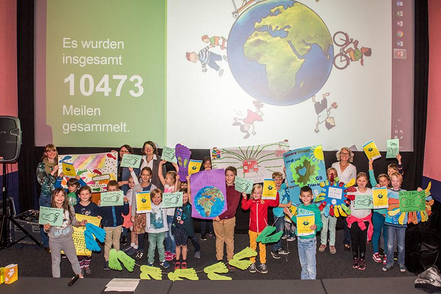 Anstrengungen, die unserem Klima zugute gekommen sind. Stolz präsentieren Kinder im Broadway-Filmtheater das Ergebnis ihrer Bemühuingen. Foto: Rolf Lorig