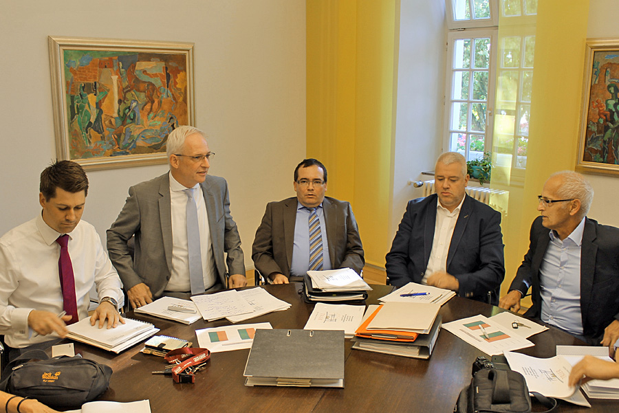 OB-Referent Matthias Berntsen, Wolfram Leibe, Elmar Kandels, Jörg Jansen (beide Zentrale Dienste/Finanzen) und Rathaussprecher Ralf Frühauf (v.l.) bei der Vorstellung des Haushaltsentwurfs.