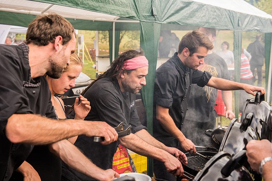 Grillen für den guten Zweck: Markus Plein (mit Stirnband) und sein Team. Fotos: Rolf Lorig