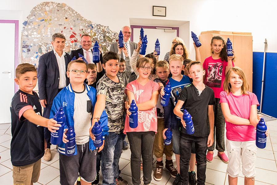 Den Schülern gefallen die Flaschen und der neue Trinkwasser-Spudler. Mit ihnen freuen sich Schulleiter Lang. SWT-Vorstand Müller und OB Leibe (von links) Fotos: Rolf Lorig