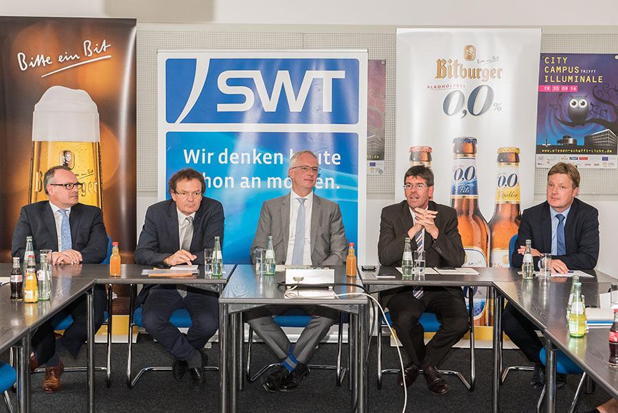 Sie erläutern den Medienvertretern die Ziele der Illuminale: Vorstand Arndt Müller (SWT), Präsident Norbert Kuhn (Hochschule), Oberbürgermeister Wolfram Leibe, Präsident Michael Jäckel und Gerd Müller (Bitburger Braugruppe)