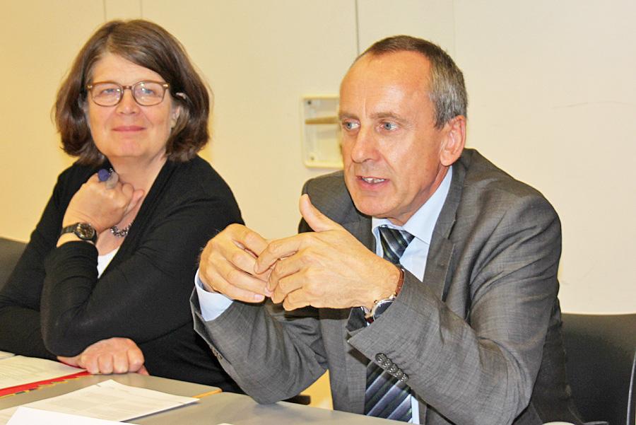 Bildungsminister Wolf zusammen mit Bürgermeisterin Angelika Birk (Grüne) bei seinem heutigen Besuch in der Trierer Volkshochschule.