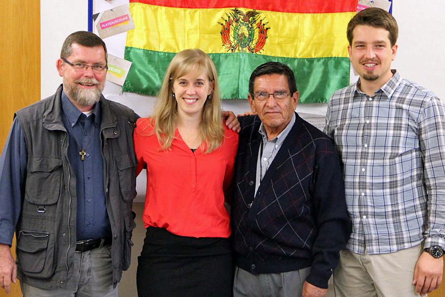 Die Stifter: Susanne Kiefer (2vl) und Rainer Schulze (r) vom BDKJ sowie aus Sucre: Antonio Rodriguez (2vr) und P. Christof Mikolajetz (l).