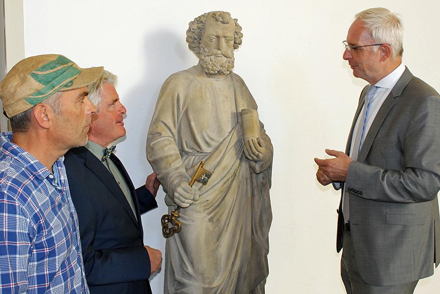 Steinmetz Henning Wirtz, Karl-Heinz Scheurer von der Trier-Gesellschaft und OB Wolfram Leibe in bester Gesellschaft: Petrus ist wieder da!