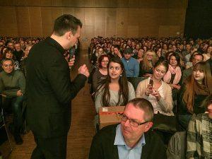 """Glück für Viktoria aus Trier: Sebastian Fitzek hat ihr """"Das Paket"""" mitgebracht."""