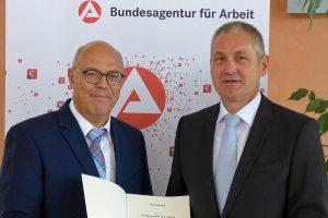 Vom Auszubildenden zum Vorsitzenden der Geschäftsführung, diese Karriere hat Heribert Wilhelmi (links) in seiner 40-jährigen Dienstzeit bei der BA beschritten. Zum Jubiläum gratulierte Vorstand Raimund Becker.