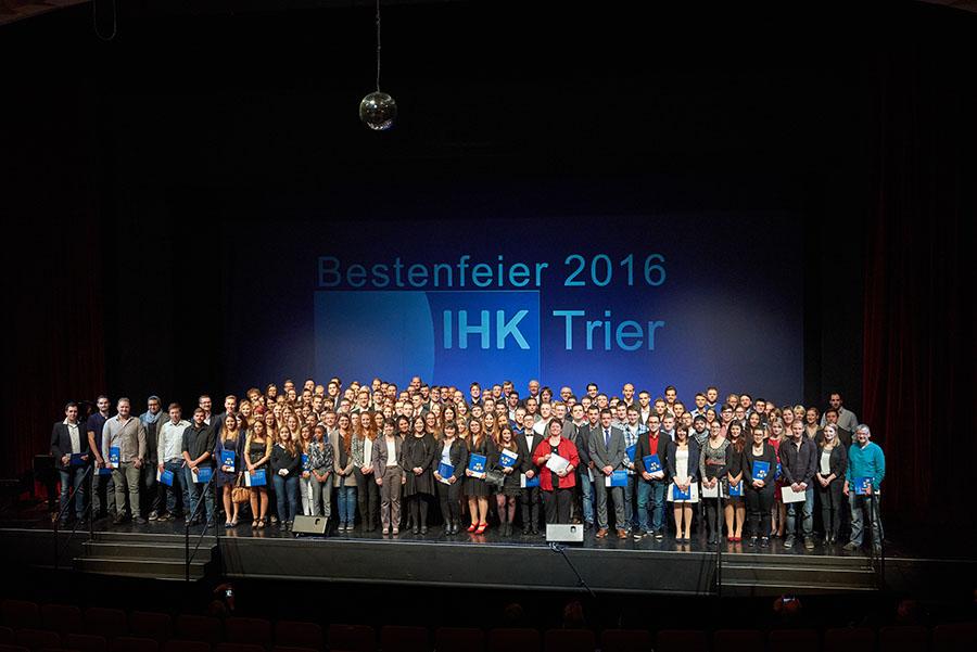 Sie sind die Besten: Stolz präsentieren sich die Jugendlichen dem Fotografen. Foto: IHK Trier