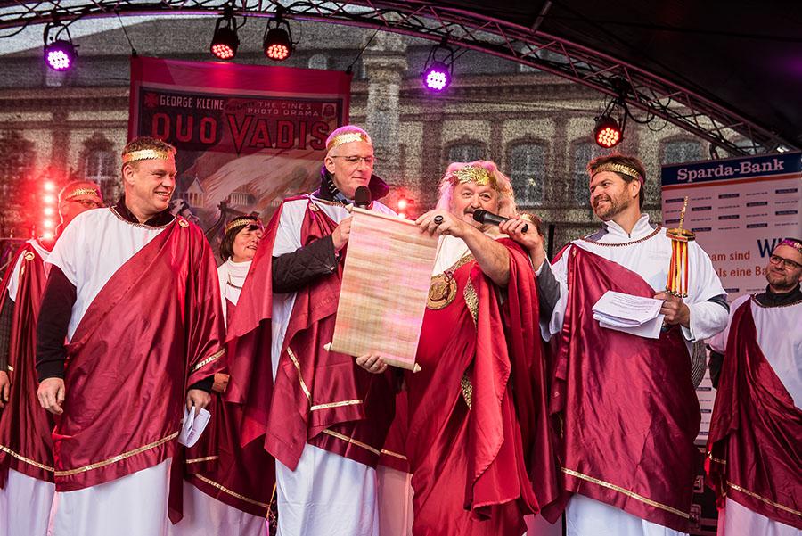 Nero und sein Statthalter in Trier verlesen unterstützt von Andreas Peters (links) und Stefan Feltes (rechts) die elf närrischen Gebote. Fotos: Rolf Lorig