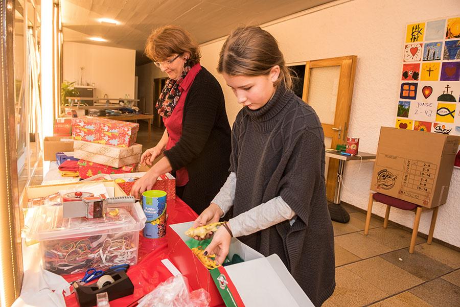 Birgit Jordan und ihre Tochter Lilly überprüfen den Inhalt der Schukartons. Fotos: Rolf Lorig