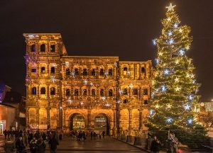 Die sternengeschmückte Porta Nigra weist den Weg zum Weihnachtsmarkt im Brunnenhof