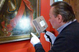 Der Restaurator Dimitri Scher nimmt Bilder und Kunstwerke ganz genau unter die Lupe. Foto: Stadtmuseum Simeonstift