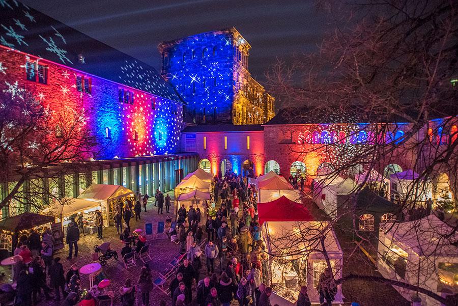 Besonders in der Dunkelheit lockt der Sterntaler Weihnachtsmarkt mit seiner ganz besonderen Atmoshäre. Foto: Rolf Lorig
