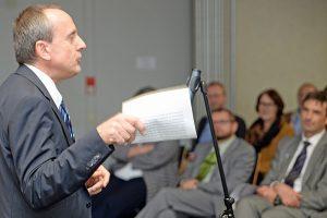 Der rheinland-pfälzische Wissenschaftsminister Konrad Wolf bei seinem Besuch an der Universität Trier.