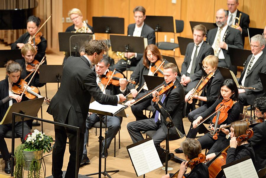 """Das Philharmonische Orchester der Stadt spielt """"Hänsel und Gretel"""" von Humperdinck."""