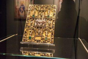 Das Ada-Evangeliar soll Unesco-Weltkulturerbe werden. Deshalb wird das selten gezeigte Werk neben dem dauerhaft ausgestellten kostbaren Deckel noch bis zum 8. Januar zu sehen sein.
