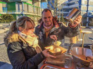 Bratäpfel mit Vanillesauce bietet Julia Sprau an - eine Köstlichkeit, die sich Thomas Vatheuer nicht entgehen lässt.