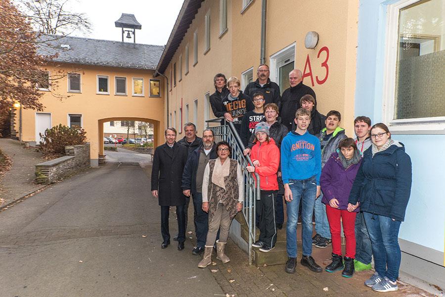 Mitarbeiter der Westnetz AG gaben Geld, das sie zum 40. Betriebsjubiläum erhalten hatten, an das Haus Grünewald in Wittlich sowie an den Elternkreis behinderter Kinder weiter. Foto: Rolf Lorig
