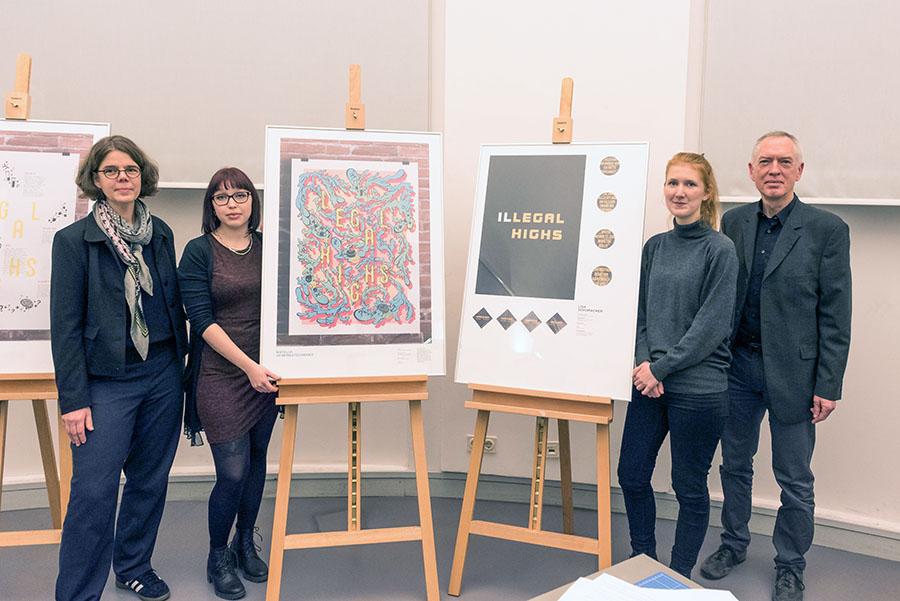 Lisa Schumacher (links) und Natalia Scherbatschenko mit ihren Professoren Andreas Hogan und.Henriette Sauvant. Fotos: Rolf Lorig
