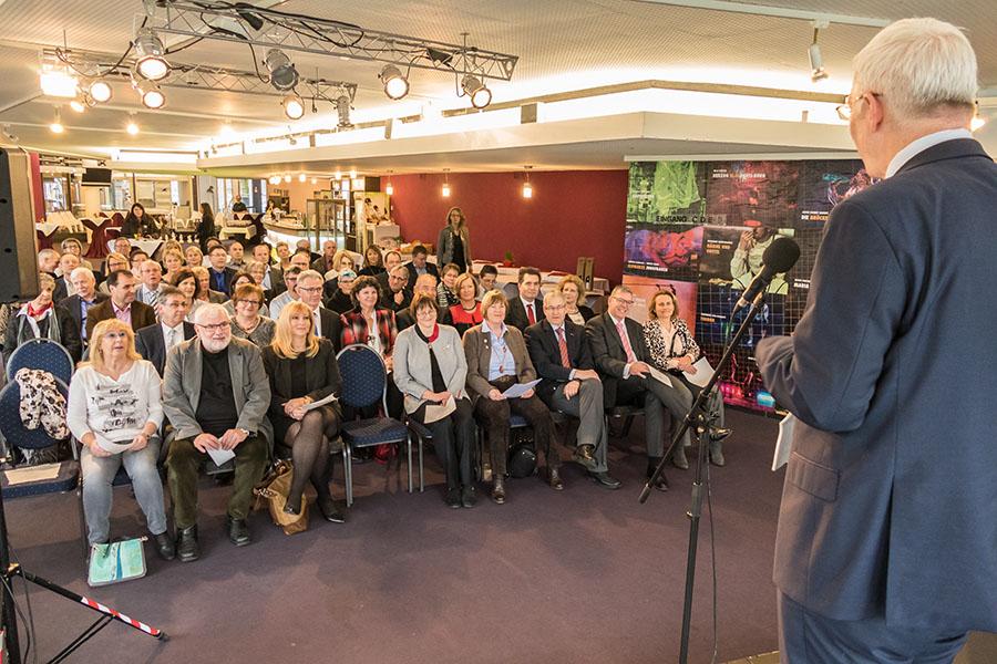 Oberbürgermeister Leibe begrüßt im Theaterfoyer die Unternehmerfrauen mit ihren Partnern. Foto: Rolf Lorig