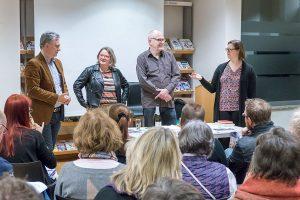 Sabine Millen heißt als stellvertretende Leiterin der Stadtbibliothek im Palais Walderdorff Rainer Breuer, Ursula Dahm und Winzer Michael Jüngling willkommen.