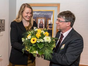 Einen Blumenstrauß in den Farben des Studiwerkes mit eingearbeiteten Bienen überreicht Geschäftsführer Andreas Wagner als Gratulation zum Gewinn des Umweltpreises.