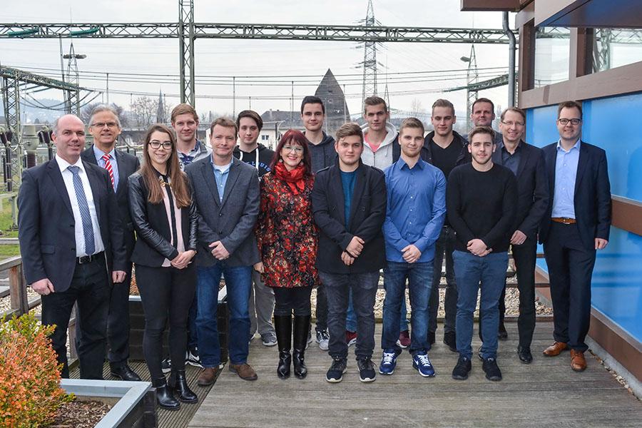 Acht frischgebackene Nachwuchskräfte freuen sich mit Ausbildern und Gästen bei der Lossprechungsfeier des Verteilnetzbetreibers Westnetz in Trier. Foto: Westnetz