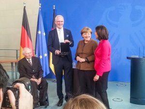 Stolz präsentiert Oberbürgermeister Wolfram Leibe den Satz mit den 2-Euro-Münzen. Foto: Andreas Ludwig