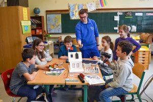 Fabian Benzkirch unterrichtete gemeinsam mit drei weiteren Azubis von innogy zwei Tage lang als Gastlehrer auf Zeit an der Grundschule am Biewerbach. Foto: Innogy